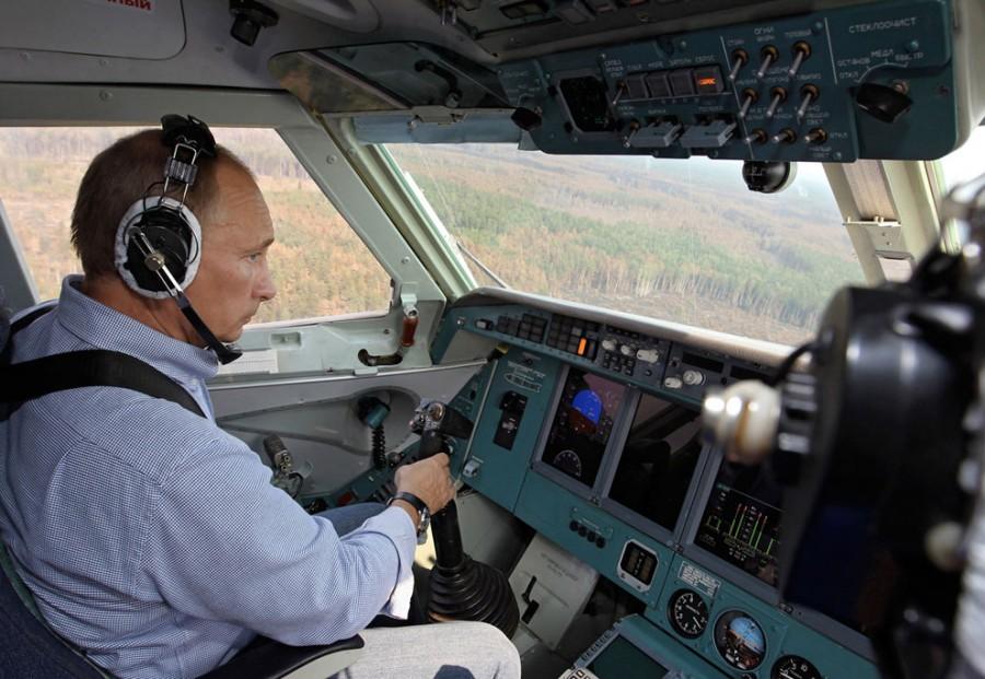 Путин в наушниках в кабине противопожарного самолета МЧС, во время тушения лесных пожаров в Рязанской области, 10 августа 2010 года