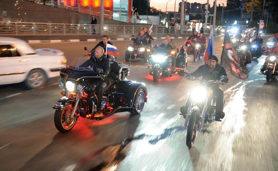 29 августа 2011 года. Владимир Путин во главе колонны байкеров на 16-ом байкерском фестивале, который проходил в Новороссийске. Глава правительства прокатился на трехколесном Harley Davidson