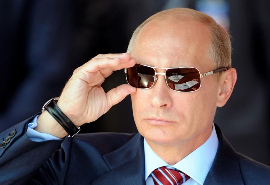 Российский премьер-министр Владимир Путин поправляет очки во время авиа-шоу «MAKS-2011» в Жуковском, 17 августа 2011 года