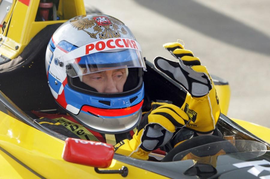 Путин в шлеме и форме пилота команды «Renault» автогонок «Формула-1» во время презентации гоночных болидов на специальной трассе неподалеку от Санкт-Петербурга, 7 ноября 2010 года