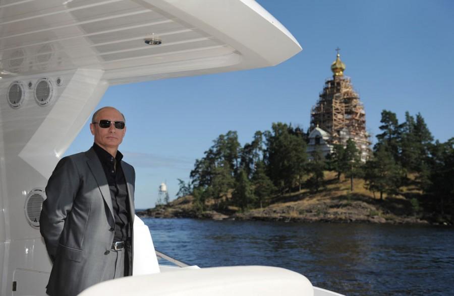Владимир Путин на борту корабля на Ладожском озере во время посещения Спасо-Преображенского монастыря на острове Валаам на севере России, 14 августа 2011 года