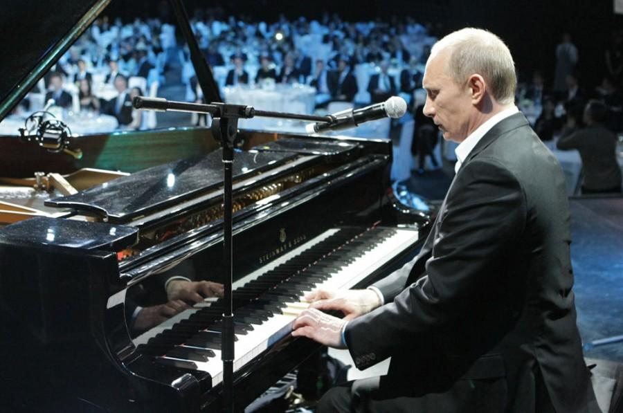 Владимир Путин играет на рояле во время благотворительного концерта в Санкт-Петербурге, 10 декабря 2010 года