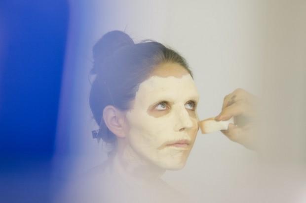 Ксане «повезло» — она играет «настоящего зомби», т.е. ей наносят грим с самого начала. Многих других зомби в сериале делают просто с помощью масок или графики