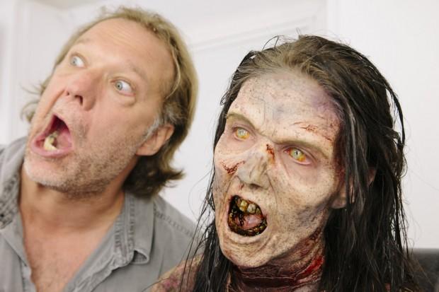 Мистер Никотеро показывает, как должен рычать зомби